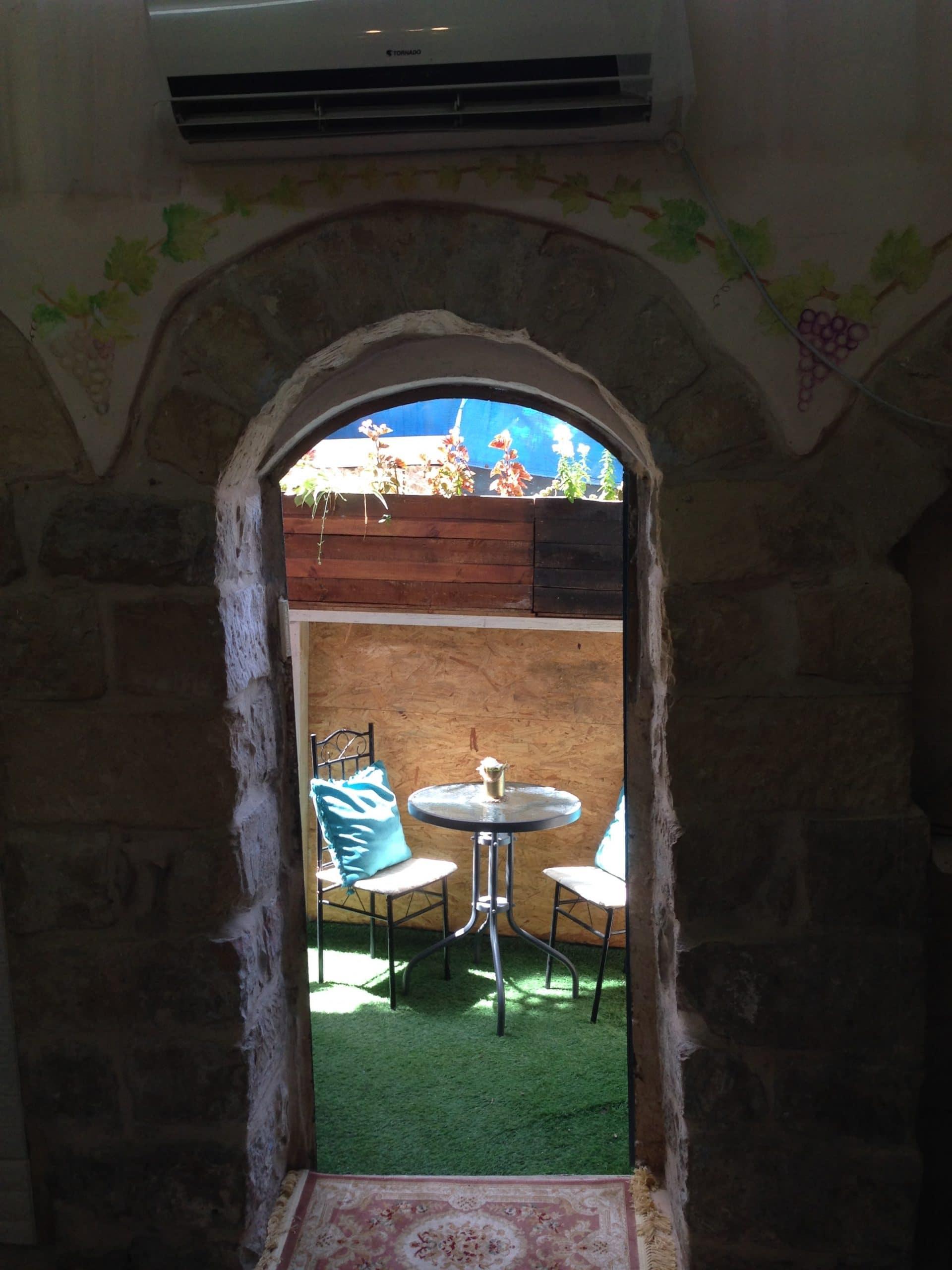 'צבאן בעתיקה' לוקחת אתכם למסע אל תוך קרביה של העיר הגלילית המקודשת. דירת הנופש שוכנת במבנה אבן עתיק במרכז צפת העתיקה, המספק לאורחיו הווי גלילי טיפוסי, שמחבר אתכם להיסטוריה של האזור בו דרו גדולי וחכמי ישראל בדורות עברו.