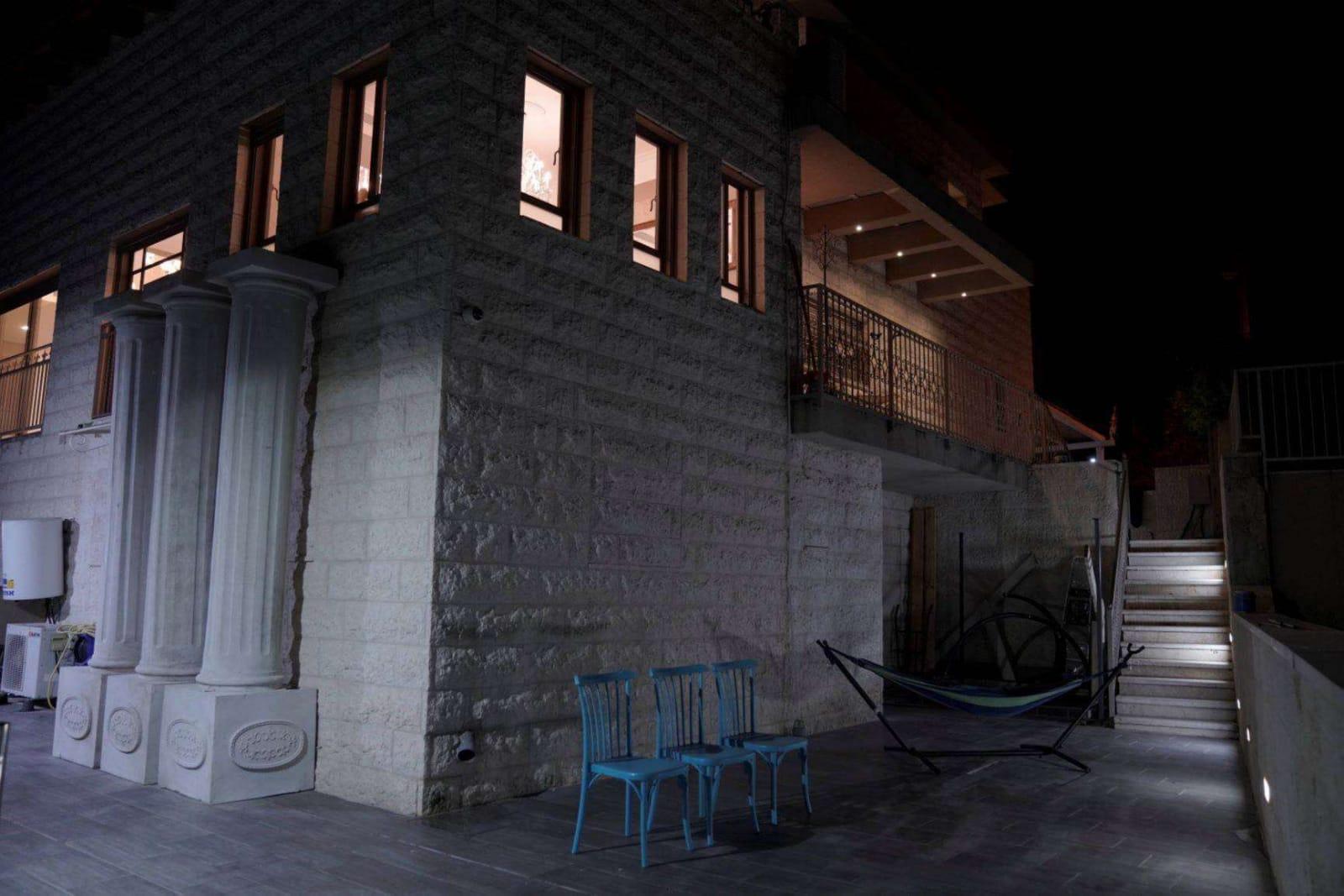"""הווילה היוקרתית אצולת אירופה בעמק האלה, הינה מבנה יוקרתי מ-2 וילות מחוברות, 300 מ""""ר בנוי, 9 חדרי שינה, 2 סלונים, 2 מטבחים 600 מ""""ר חצרות מושקעות. מדשאות וחצרות במרחבים גדולים, מערכת תאורת אוירה קסומה, ריהוט גן יוקרתי, מתקני חצר ברמה הגבוהה ביותר, מתחם בריכה וג'קוזי ספא ענק, אזור מנגל גז ופחמים עם מטבח חצר מאובזר, טרמפולינה, שולחן פינג פונג, מערכת ייחודית של ספסלי נדנדות וערסלים. נוף פסטורלי פנורמי מכל כיוון בוילה ובחצרות, קו ראשון לנוף המרהיב שלעמקהאלהההיסטורי. מיקום מנצח, סמוך לבית שמש ולמרכזי הקניות ושירותים חיוניים, נגישות תחבורתית מכל הארץ. להנות מחופשה קסומה מבלי לנדוד עד לצפון!"""