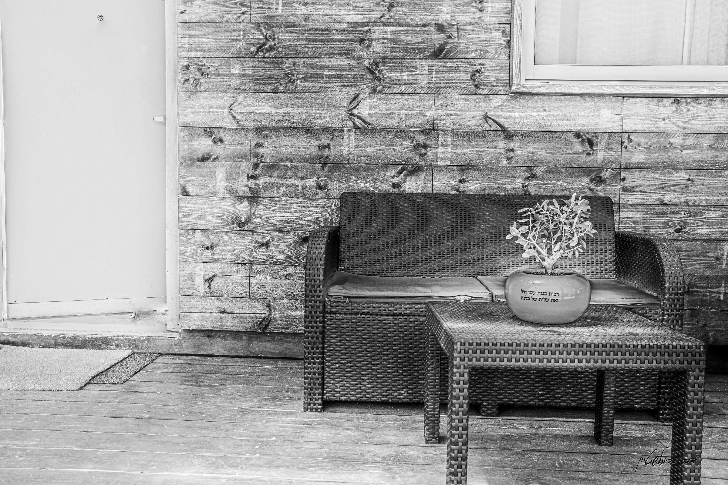 """בפאתי מושב החרדי בית חלקיה מול הרי יהודה, ושדות החקלאים המקומיים שוכן בית הנופש """"נוף שדות"""". הצימר המפנק טובל בעצי פרי וערוגות פרחים המקשטות את החצר הפונה לשדות ומשווה אווירת פרטיות יוצאת דופן לנופשים בה."""
